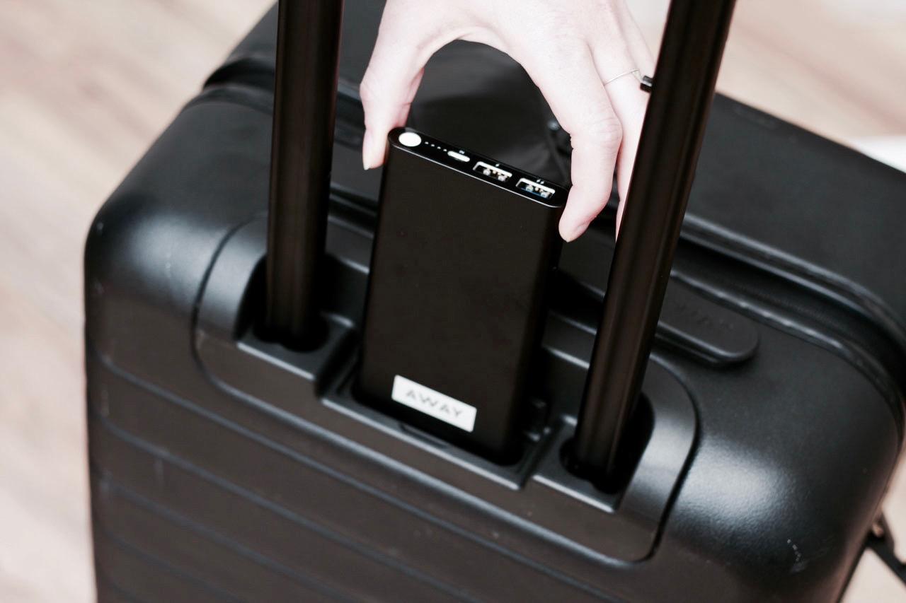 取り外し可能充電バッテリーを内蔵したAwayのスマートスーツケース